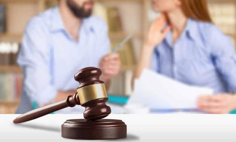abogado de familia atendiendo un divorcio