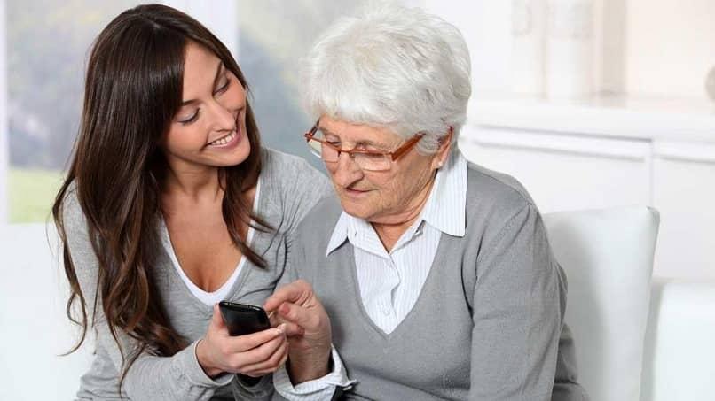 abuela aprendiendo a usar un movil android