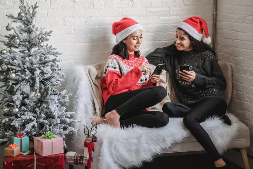 mujeres en navidad revisan sus telefonos