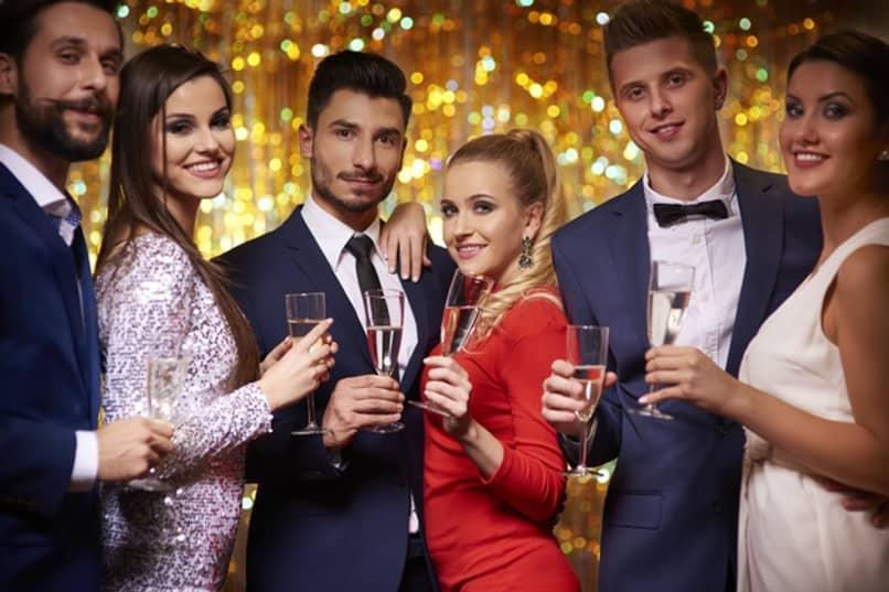 amigos celebrando ano nuevo