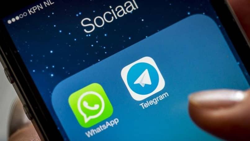 persona usando su movil para abrir la app de telegram