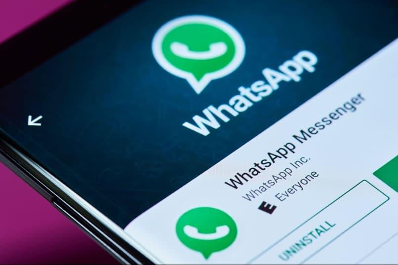 aplicacion de whatsapp instalada en un telefono