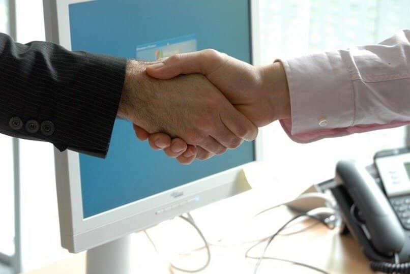 apreton manos haciendo un trato
