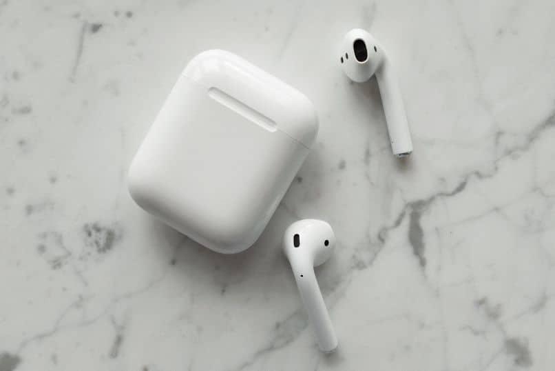 audifonos airpods sobre mesa