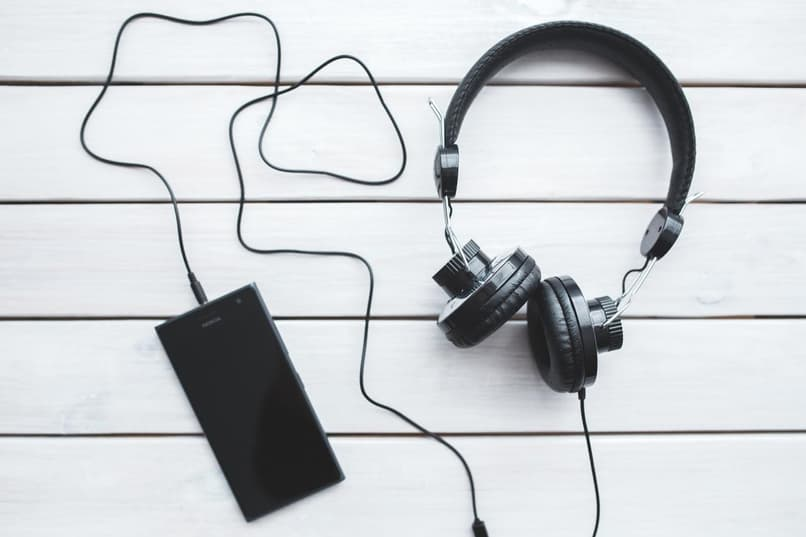audifonos conectados a celular