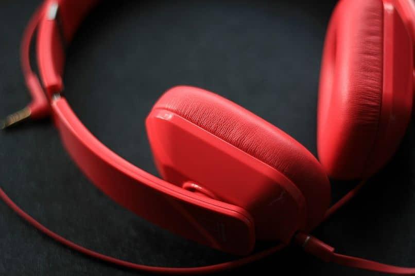 audifonos rojos sobre mesa negra