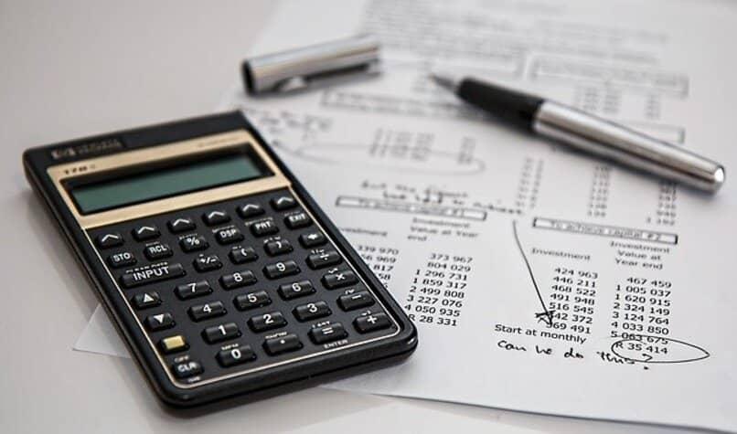 calculadora sobre papel