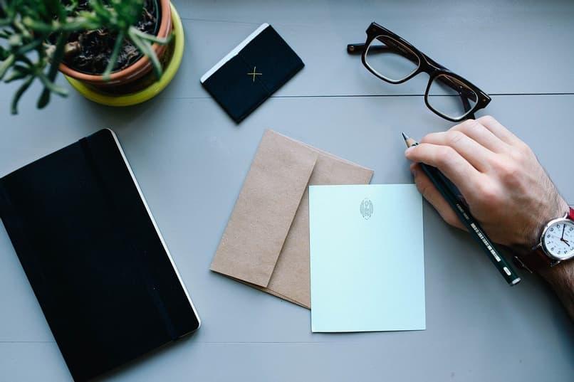 carta y sobre en escritorio