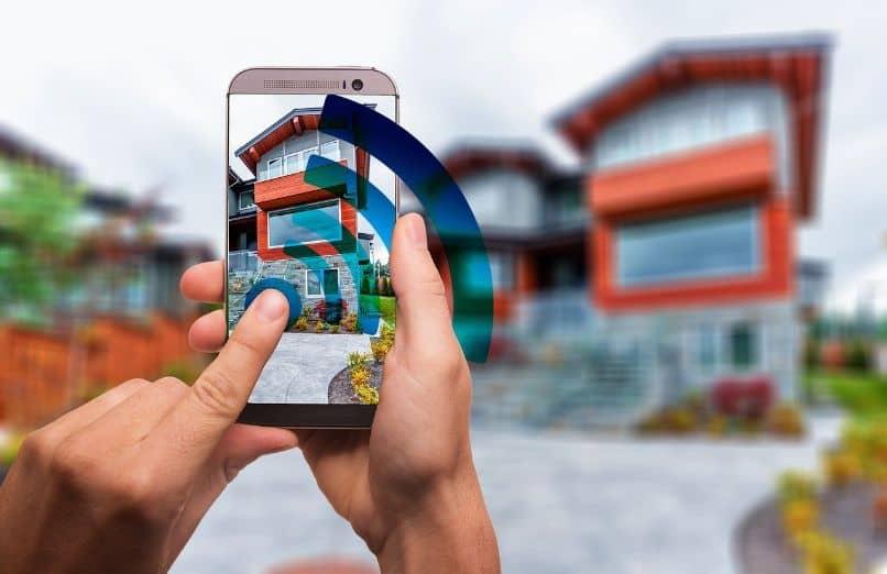 casa y smartphone con red wifi