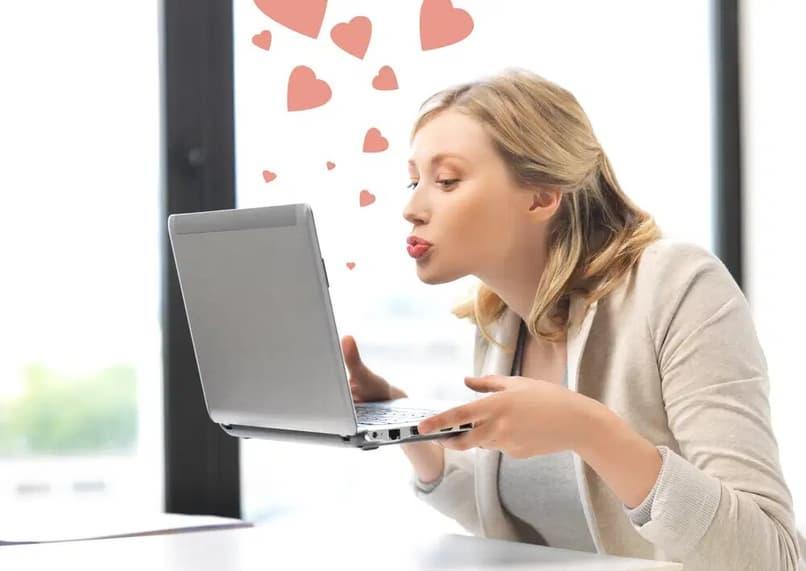 chica teniendo una cita online