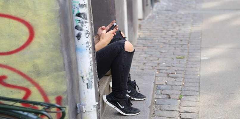 persona utilizando telefono