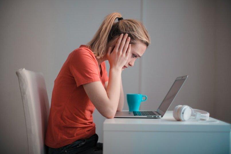 mujer estresada enfrente de la computadora