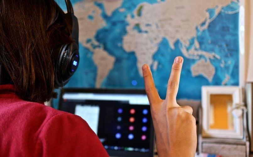 chica con laptop en videollamada y mapa