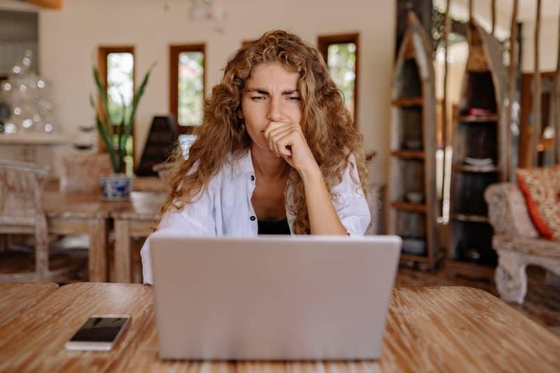 chica utiliza computador