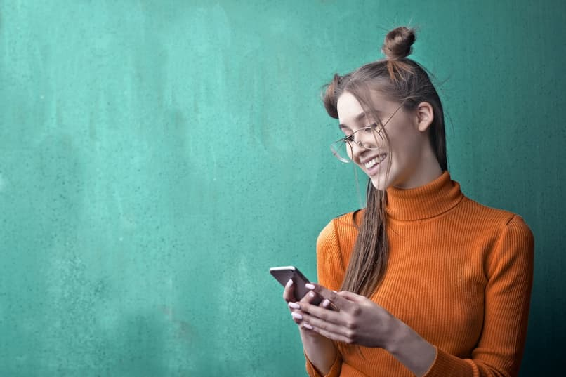 chica utiliza su telefono
