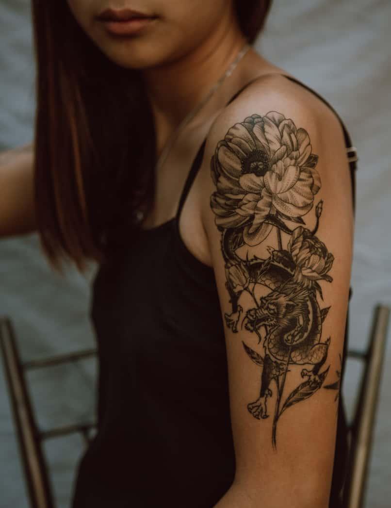 mujer usa aplicacion para diseñar tatuajes