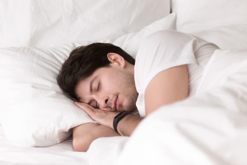 hombre joven durmiendo tranquilo