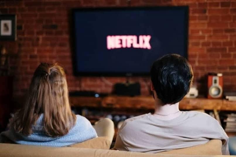 personas viendo netflix desde un smart tv