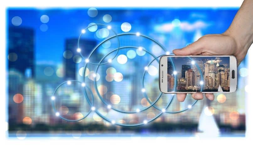 ciudad con smartphone y red