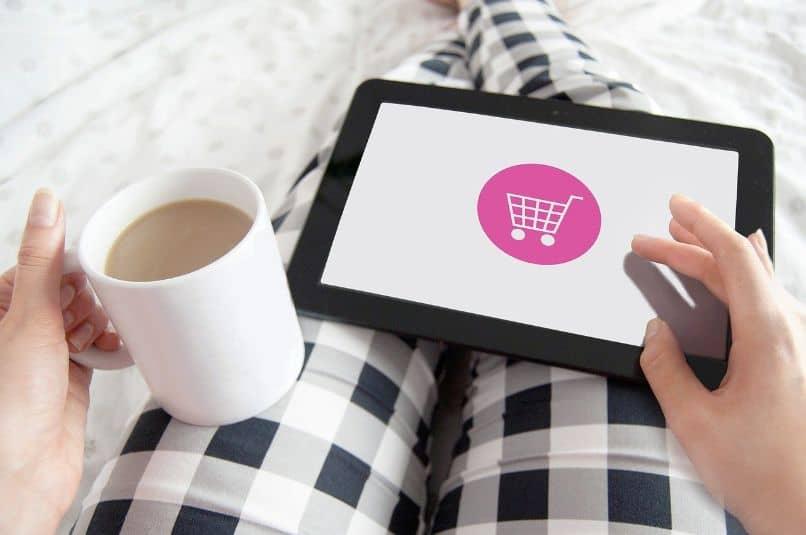 chica hace compras online desde la tablet