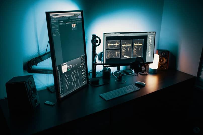ordenador con dos pantallas