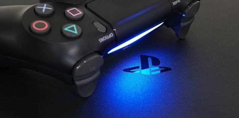 mando y consola luz azul