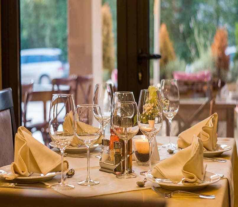 mesa con copas elegantes