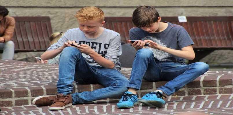 chicos jugando pokemon