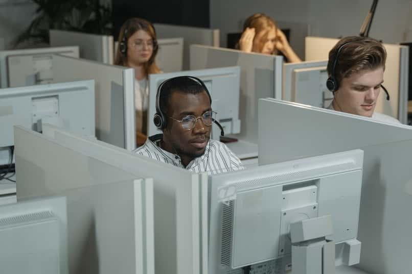 personas manejando el administrador de ventanas de escritorio