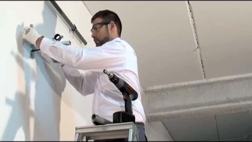 hombre detecta tuberias en una pared