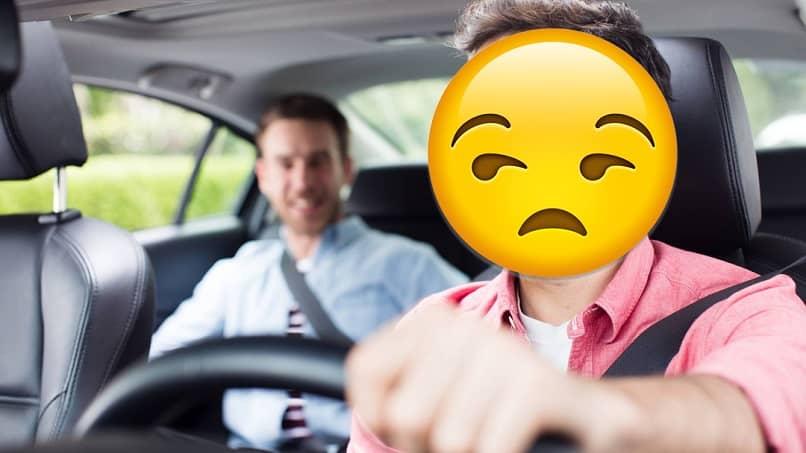 conductor de didi malhumorado por la conducta de un mal usuario