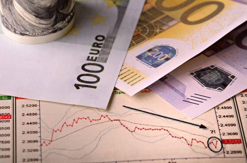 dinero sobre papel