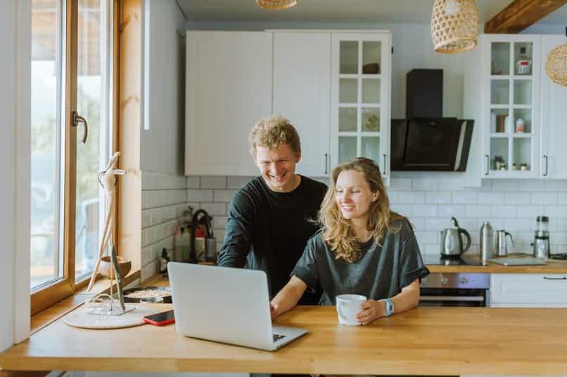 pareja aprende a descagar en instalar messenger lite en pc