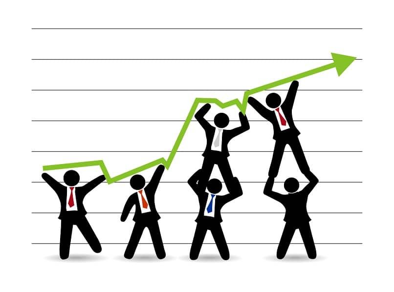 grupo de empresarios fijando metas y objetivos
