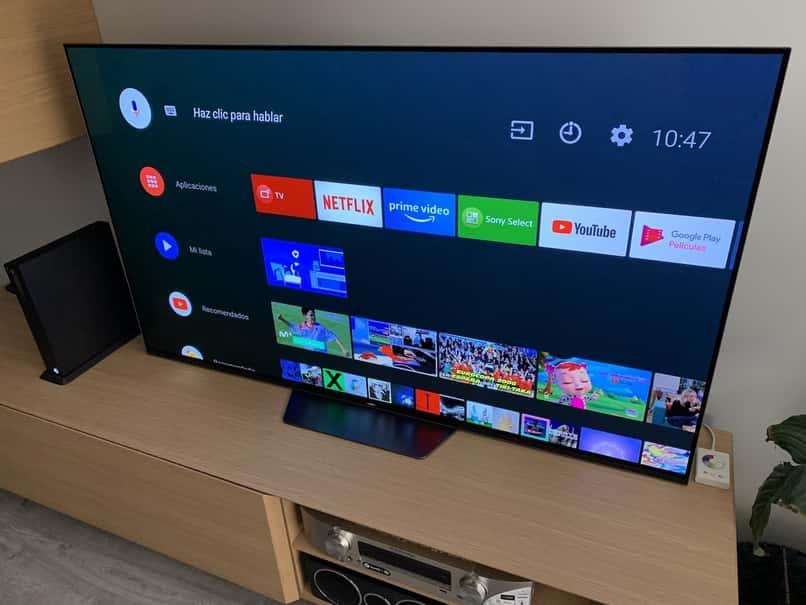 televisor android tv muestra menu en su pantalla sobre escritorio