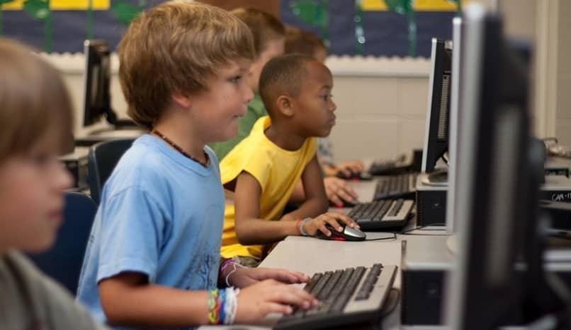 infantes usan ordenador
