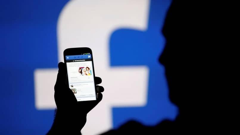 persona usando facebook desde su movil