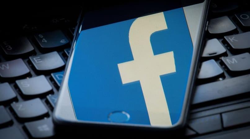 facebook reflejado en la pantalla del telefono