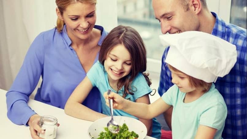 mutlu aile birlikte sağlıklı yemek hazırlamak