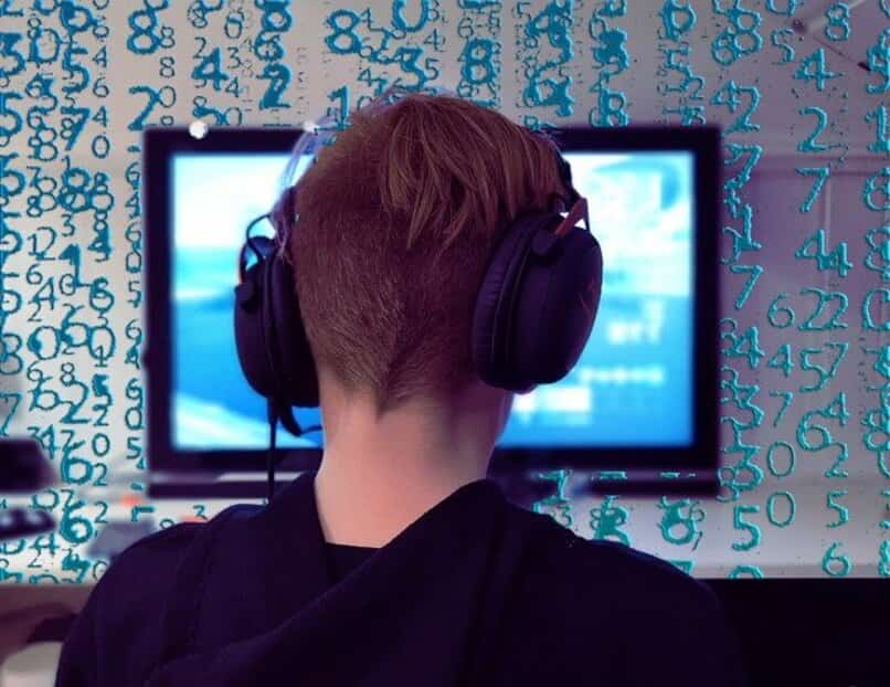 gamer frente a un computador