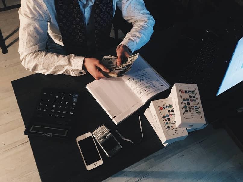 personal con las inversiones y las notas de las ganancias