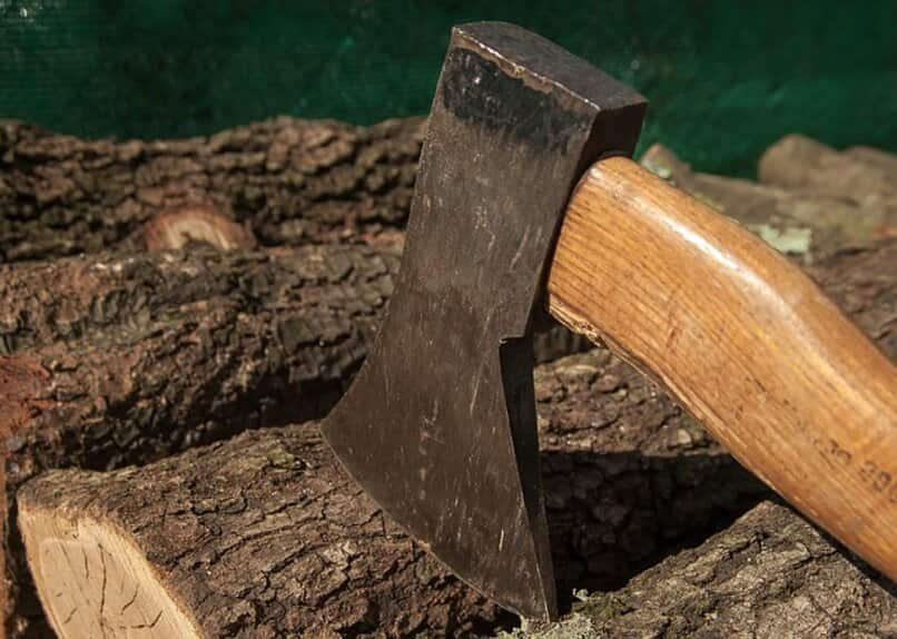 hacha de lenador sobre madera