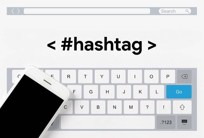teclado virtual de un movil con la palabra hashtag