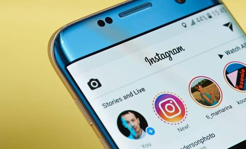 persona revisando las historias de instagram
