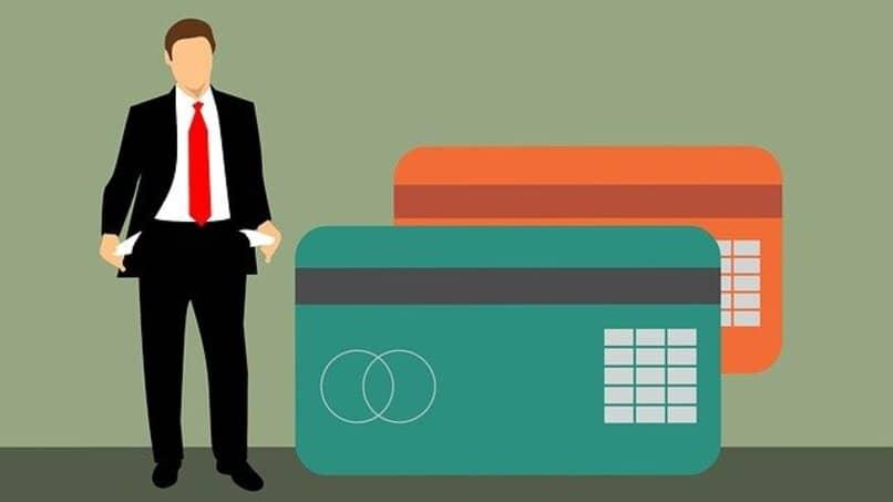 hombre endeudado por tarjetas de credito