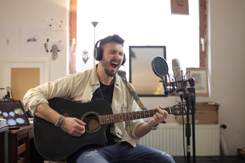 hombre cantando guitarra