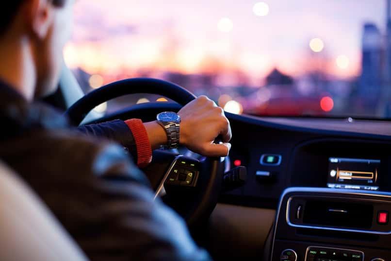 hombre maneja coche con software radio china