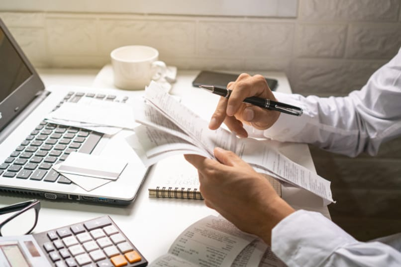 hombre revisa facturas