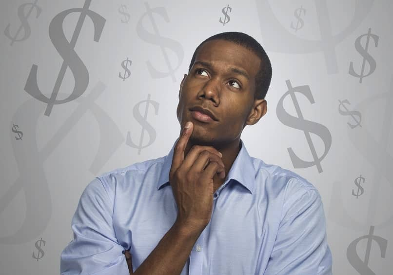 persona pensando dolares dinero