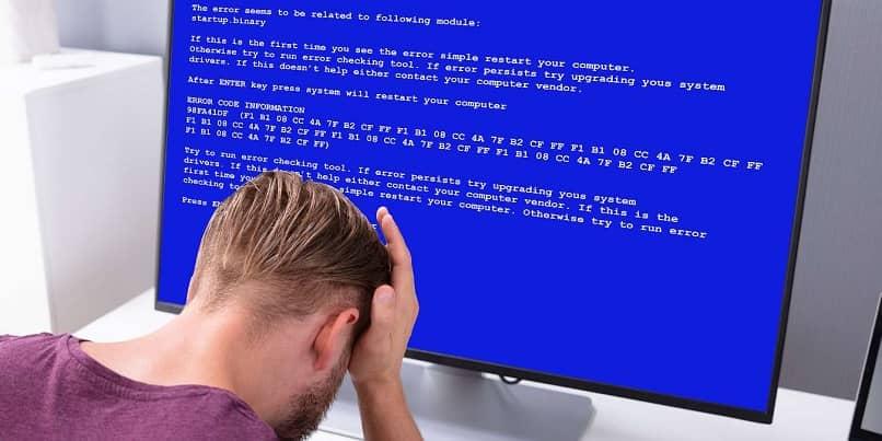 hombre preocupado monitor error pantalla azul